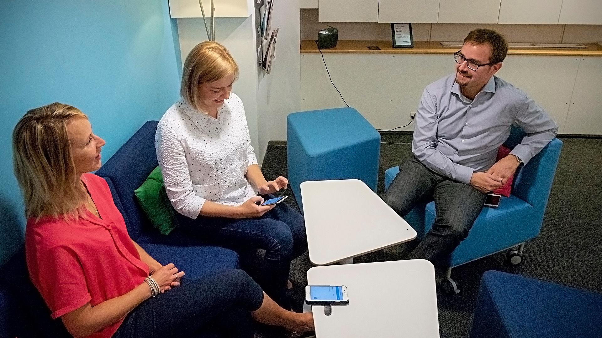 Suomen Ekonomien Krista Karusalmi (vas.) ja Terhi Halsvaha sekä Crasmanin Jaakko Soininen ovat tyytyväisiä ratkaisuun, joka vapauttaa resursseja Aikani-sovelluksen jatkokehitykseen.